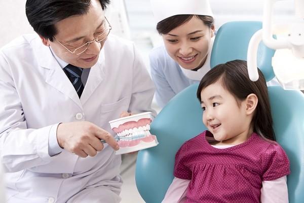 khám răng cho bé Na